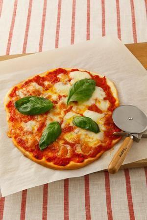 甘酸っぱいトマト&とろとろチーズの定番ピザ。発酵いらずの生地の秘密はヨーグルト。短時間で本格的な味わいになります。