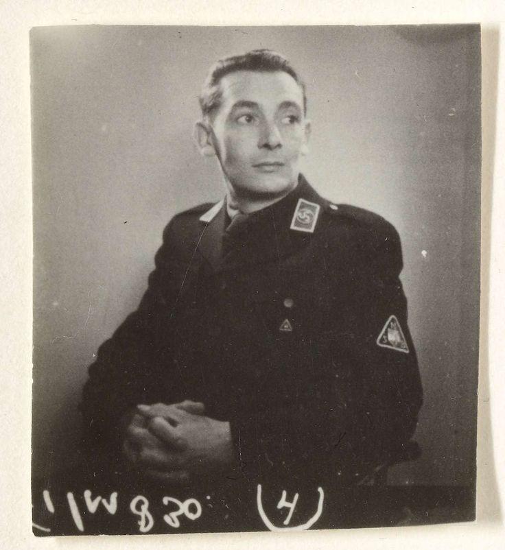 Fotodienst NSB | Portret van een lid van de WA, Fotodienst NSB, 1940 - 1944 | Portret van een lid van de WA. Gekleed in zwart hemd met riem schuin over de borst. Hij zit met de armen over elkaar op een stoel.