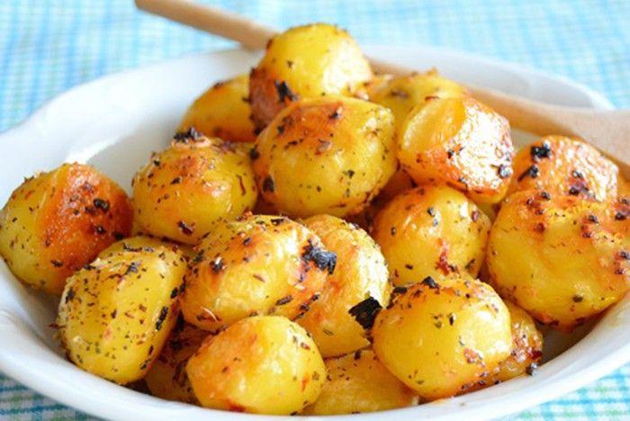 Milovníci brambor si určitě pochutnají. Pečené brambory v troubě, které chutnají jako když si je připravujete při ohnisku.