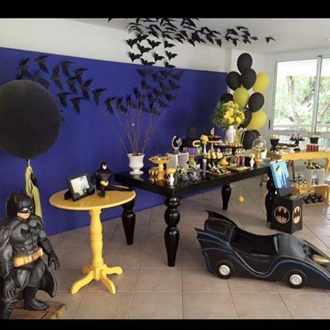 Painel para forrar e mesas exclusivas do nosso acervos para locação . A decoração foi de Liana Barra ficou incrível ! Amei !  Em foco a linda mesa LOLLI preta, aparador amarelo e mesa redonda amarela. #batman #batmanvssuperman #festadobatman #morcego #cenografia #festainfantil #festademenino #superherois #superhero #kidsparty