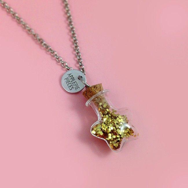Stardust - In dit fonkelnieuwe stervormige flesje kun je iets doen wat een mooie herinnering voor je heeft. Een lokje haar, een stukje trouwjurk, wat zand...
