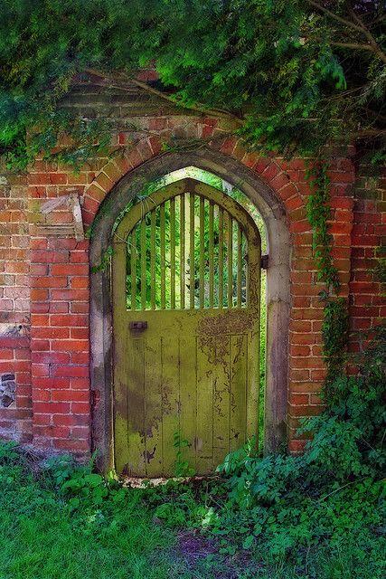 Old world garden gate decor pinterest for How to decorate a garden gate