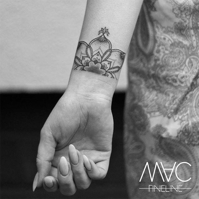 Ein schönes Wochenende meine Lieben da draußen! #Weekend #half #Mandala #Flower #blüte #Handgelenk #graphic #graphictattoo #lines #linework #filigran #filigreetattoos #macfinelinetattoo #macfineline #stilbruch #stilbruchtattoo #girl #ink #inked #inkedgirl #inkstagram #tattoomotiv #tattoooftheday #girlswithtattoos #girl #smalltattoo #blxckink #berlin #berlintattooartist #tattooofinstagram