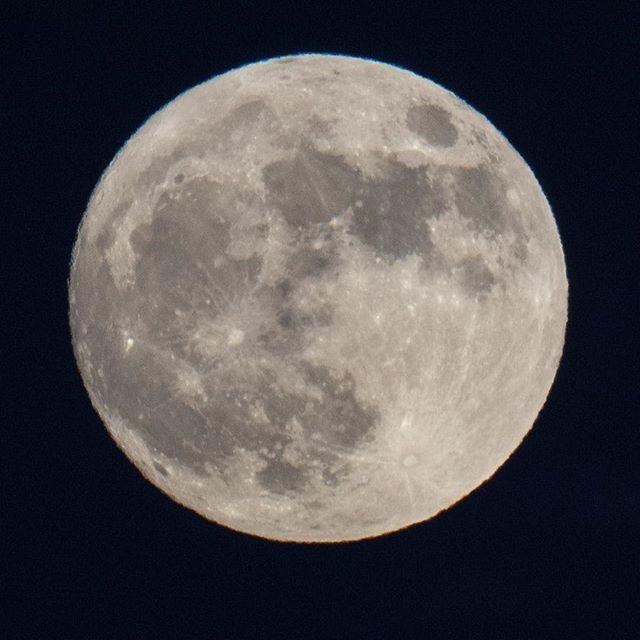 """Ya miraste la luna? La luna de hoy es una luna especial es una super luna azul de sangre. Eso que significa?  Super luna -se refiere a una Luna que está llena cuanto se encuentra en el punto más cercano en su órbita alrededor de la Tierra.  Luna Azul - cuando en un mes se da más de una luna llena a la segunda luna llena del mes se le llama luna azul.  Luna de sangre -Los observadores del eclipse verán una gran Luna de color rojizo conocida como """"Luna de sangre"""". #muylila #superluna…"""