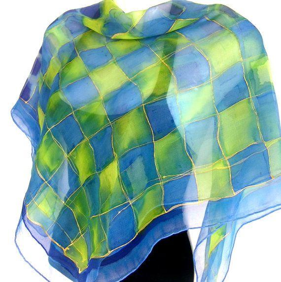 Zijde chiffon sjaal, vierkante, abstracte gecontroleerde ontwerp geschetst in goud, hand geschilderd in aquarel techniek in tinten van medium blauw en lime groen met accenten in indigo blauw, chique en mooi, een van een soort, vrouwen-modeaccessoire, handgemaakt door Silkshop op Etsy.  Deze sjaal is een van een soort item, hand geschilderd door me in mijn studio. De sjaal is gemaakt van chiffon en maatregelen van 90 x 90 cm (1 cm = 2,54 inch - app. 35 x 35). De randen zijn hand ingesloten…