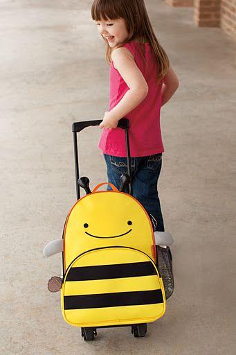 Kolorowa i wyjątkowo pojemna walizka Pszczółka amerykańskiej firmy Skip Hop idealnie nadaje się na towarzysza podczas każdej podróży. Wyjazd na kolonie, obozy, czy wakacje  to zawsze duże wyzwanie dla rodziców i dzieci. Przygotuj więc z przyszłym podróżnikiem listę rzeczy, a potem zapakuj ubrania, ulubione zabawki i cenne skarby razem z dzieckiem do walizki Pszczółki.