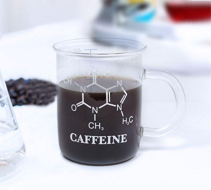 Kubek chemika ze wzorem na kofeinę od Thumbs Up to świetne naczynie stworzone z myślą o porannej, mocnej kawie, przygotowanej z laboratoryjna precyzją. Ten oryginalny kubeczek świetnie imituje laboratoryjny pojemnik, i tak jak na gadżet prawdziwego chemika przystało, został on wykonany z odpornego na wysokie i niskie temperatury szkła, posiada specjalną podziałkę, informującą o maksymalnej...