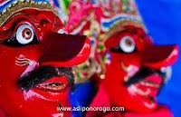 openg Klono Sewandono terbuat dari kayu ringan dan kulit sapi berkwalitas tinggi dipakai dalam pertunjukan reog ponorogo