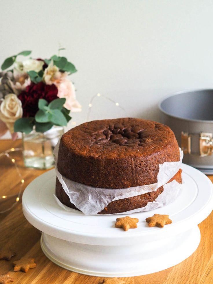Jouluinen piparikakkupohja on… noh taivaallista! Se maistuu piparkakulta, on mehevä, hyvin leikkautuva ja hieman tuhdimpana täydellinen korkeankin kakun kakkupohjaksi! Täytekakku, kreemikakku tai nake