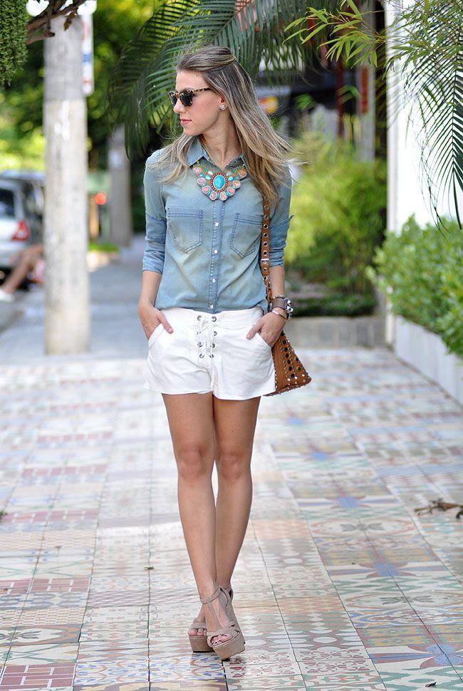 Usar com a calça nude, a blusa jeans e o colar de correntes e pérola.