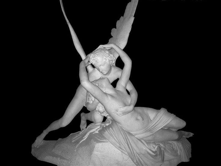 """""""Amore e Psiche"""", Antonio Canova, 1787-1793; scultura in marmo, h 155 cm. Esposta al Museo del Louvre, Parigi.  Ne esiste una seconda versione (1800-1803) conservata all'Ermitage di San Pietroburgo in cui i due personaggi sono raffigurati in piedi e una terza (1796-1800), sempre esposta al Louvre, in cui la coppia è stante."""