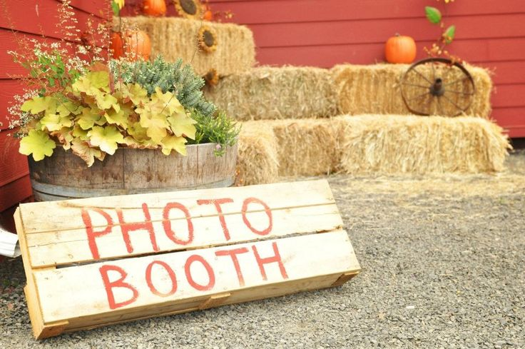 Country fall wedding, photo booth. DIY: old pallet & paint. Hay bales and add decorations