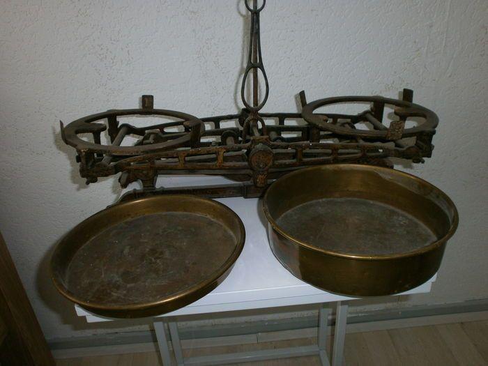 Gietijzeren weegschaal let koperen potten en gewichten. Mooi voor een industrieel interieur. 75€