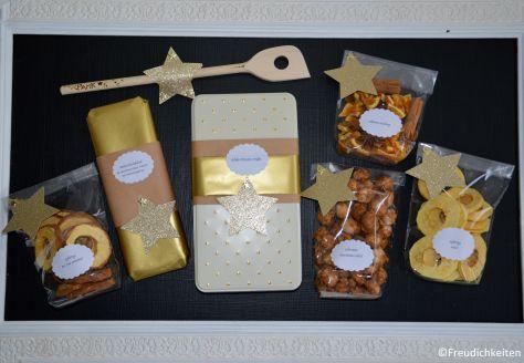 Lasst uns froh und lecker sein  zweierlei Apfelringe / Weihnachtsschokolade / Schoko-Pistazien-Truffes / gebrannte Macadamia-Nüsse / Glühweinmischung  und ein PamK-Kochlöffel :-)