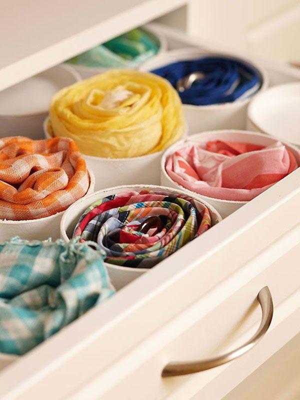 Canos de pvc cortados, foram usados para organizar lenços, cintos e echarpes na gaveta da penteadeira