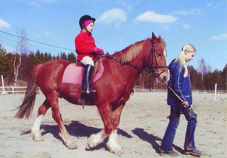 Arkistojen kätköistä löytyy mielenkiintoisia kuvia, jotka herättää ihania muistoja pikkuheppatyttöajoilta. <3 Lue omiani uusimmasta blogista!  http://impulsoblogi.blogspot.fi/2017/02/16-vuotta-ensimmaisen-ratsastusleirin.html  Hevosblogi, hevosbloggaaja, ratsastus, heppatyttö, ratsastusleiri