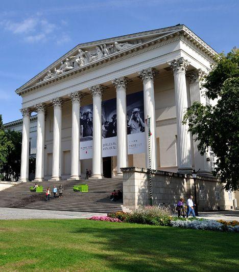 Magyar Nemzeti Múzeum A Nemzeti Múzeum amellett, hogy a magyar múlt leggazdagabb gyűjteményeinek ad otthont - még Széchenyi István felajánlása nyomán jött létre -, fontos helyszíne volt történelmünk eseményeinek is, szimbólumává vált például az 1848-as forradalomnak is.
