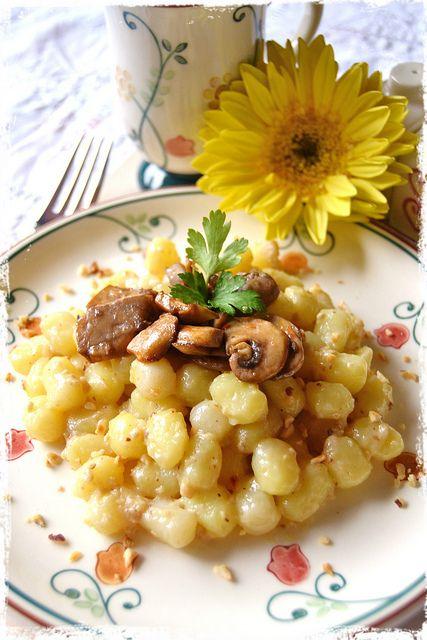 gnocchi di patate con funghi e pesto di noci