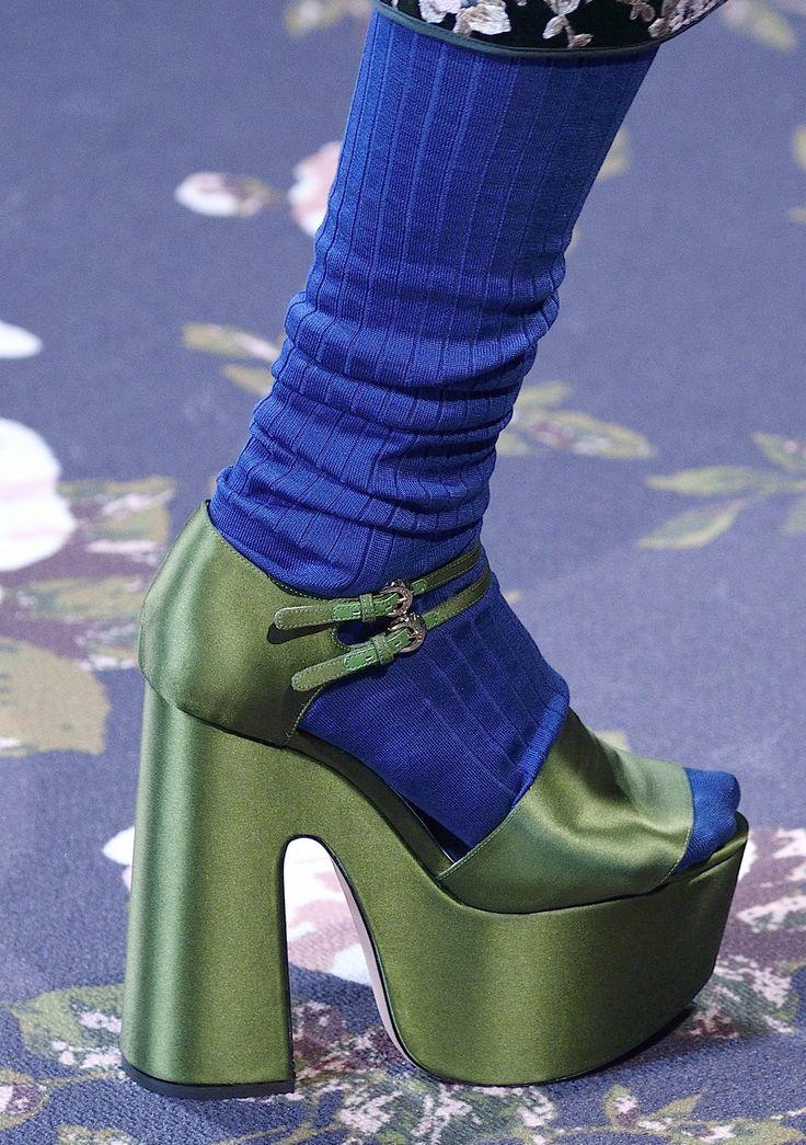 Socken sind für viele Mittel zum Zweck und kein modisches Accessoire. Dabei können sie viel mehr, wenn man sie nur nicht immer unter langen Jeans und Stiefeln verstecken würde. Funktioniert nämlich gut in der kalten Jahreszeit: Bunte Socken oder solche mit Glitzer-Dekor zu Röcken und Kleidern kombinieren. Je größer der Farbunterschied, desto besser. Natürlich nur zu Pumps und Sandalen, damit die Socken auch richtig zur Geltung kommen.