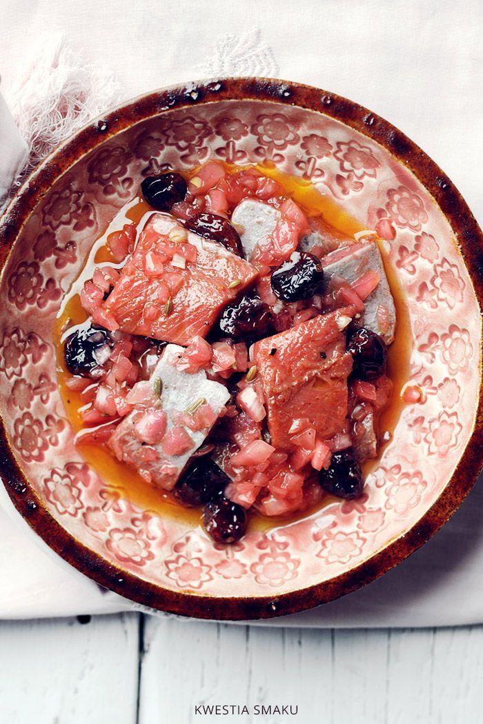 Śledzie marynowane w czerwonym barszczu z suszoną żurawiną i cebulką