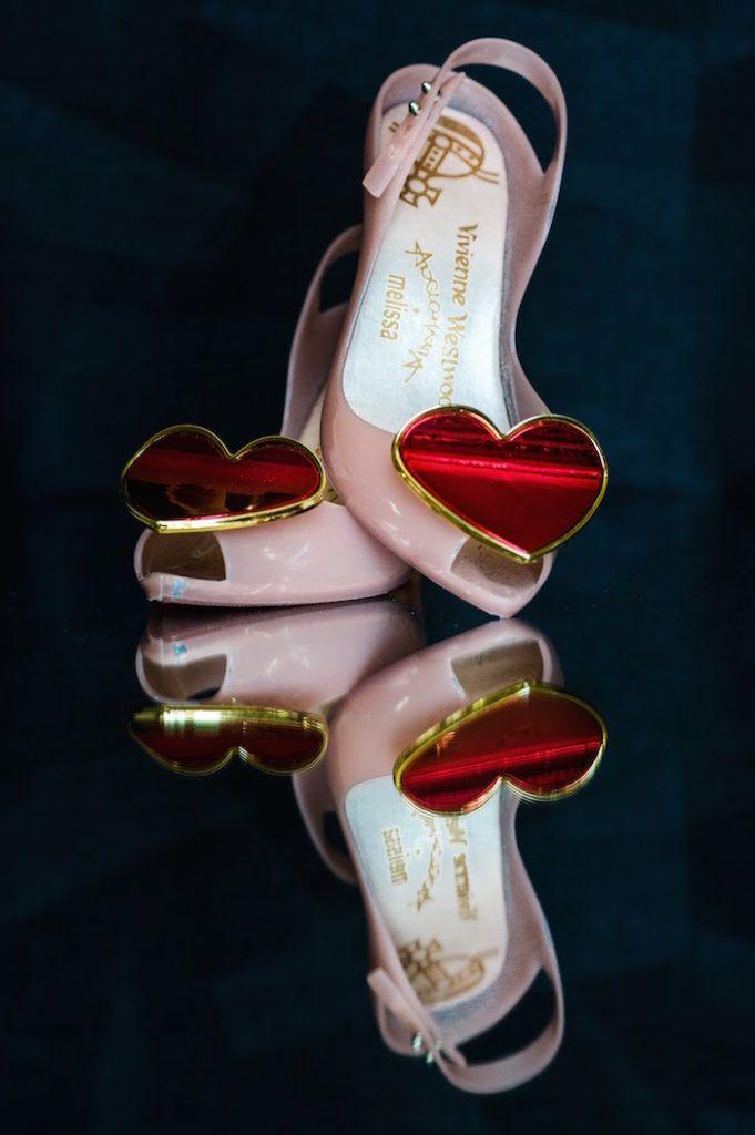 Des chaussures Vivienne Westwood pour cette magnifique mariée en robe Vera Wang de couleur rose poudré. C'est un véritable mariage de rêve, élégant à la décoration sur le thème des contes de fées Disney et du voyage