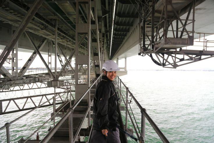 Menyusuri jembatan, mungkin sudah biasa. Tapi, jika menyusuri jembatan dengan dimanjakan pemandangan pelabuhan yang spektakuler, baru luar biasa! Dapatkan pengalaman mengesankan ini, dengan menelusuri Auckland Harbour Bridge sepanjang 1020m! http://www.nzta.govt.nz/projects/ahb/  #auckland #aucklandbridge #liburan #pemandangan #landscape #activity #fun #luxurynz #nzmustdo