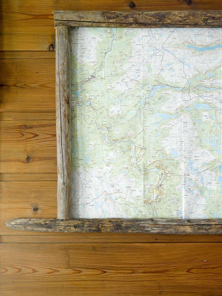 KART AV STAUR: Gamle jærstaur fra låven hjemme i Fyresdal er blitt rammen rundt et kart over området.