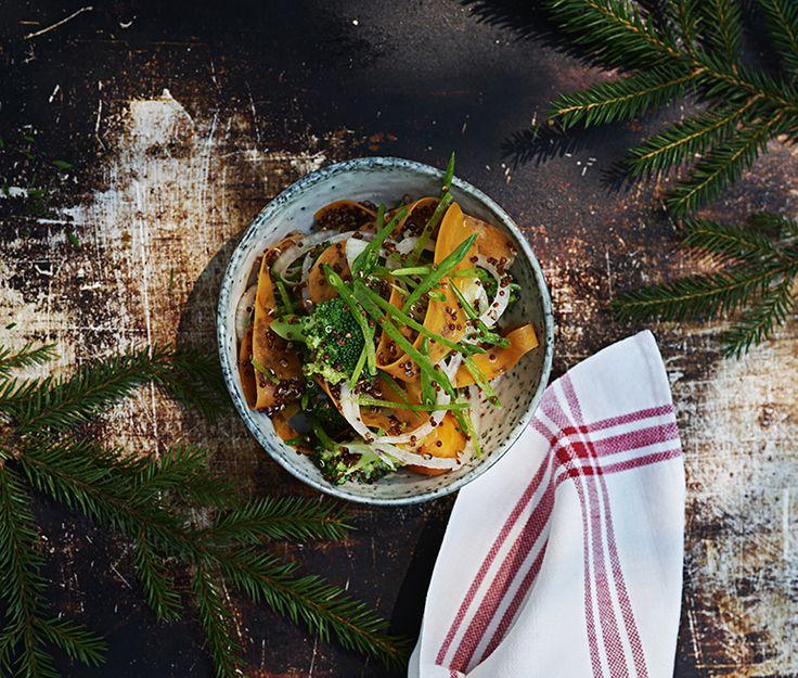 Broccoli och sockerärtor är goda matgrönsaker som kan varieras i det oändliga. I den här trevliga quinoasalladen är grönsakerna extra krispiga då det fått svalna i isvatten. Har du inte silverlök kan du istället använda rödlök.