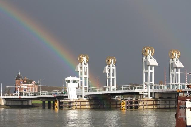 Stadsbrug in Kampen met regenboog