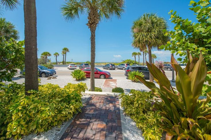House in Saint Pete Beach, United States. Tropical Beach Estate with Surf and Sunset Views Sleeps 14, Cable + Wifi. This terrific estate has three units with full kitchens, including microwaves, ovens, refrigerators, toasters and coffee makers. living areas, flat screen TVs, and large sha...