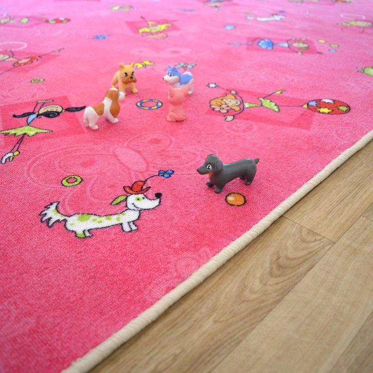 Un tapis pour les filles qui rêvent d'une chambre de princesse ! Motifs de chiens, chats, de fillettes en train de danser et jongler pour s'inventer des contes de fée. #tapis #enfant #princesse
