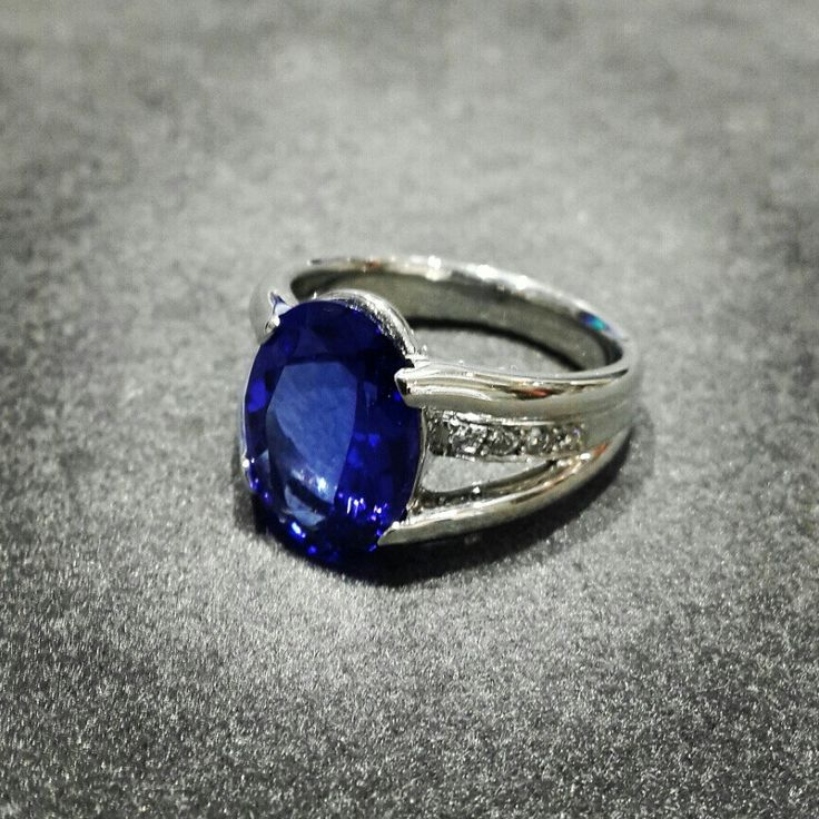 Africn - Diamonds - Platinum - Tanzanite  7 ct Oval Cut Tanzanite in Diamonds and Platinum.   #diamonds #tanzanite
