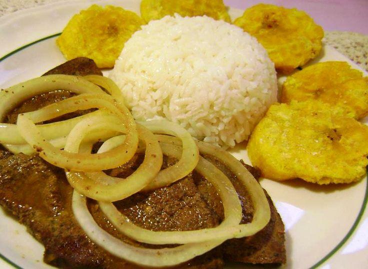Higado guisado con cebollas arroz blanco y fritos - Comidas con arroz blanco ...