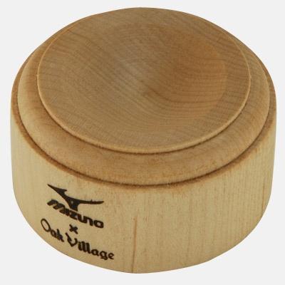 少しの理由でミズノのバットになれなかった木材を、飛騨高山の「オークヴィレッジ」が受け継ぎ、一つ一つ丁寧につくりました。  売上の一部は「NPOドングリの会」を通し、野球バット材として使われる木の育林活動に役立てられます。