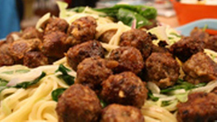 Kryddiga köttbullar med fetaost & krämig citronpasta | SVT recept