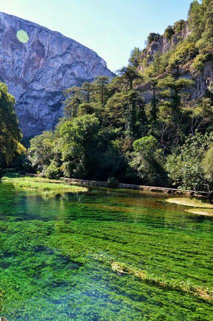 Fontaine de Vaucluse, Provence, France, à découvrir depuis chez Sabine et Benoit, qui vous accueillent gratuitement ! www.myweekendforyou.com