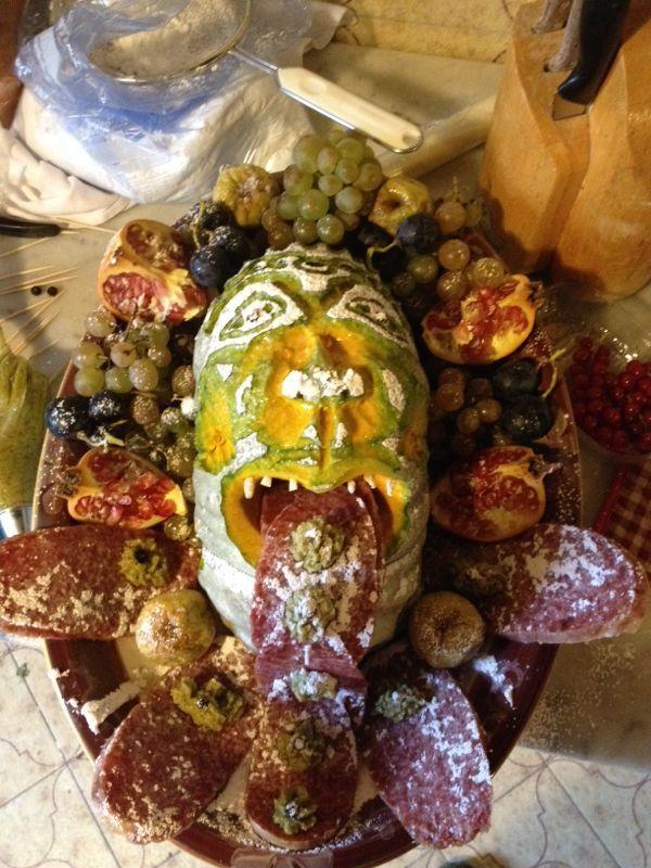 mascherone etrusco ispirato ai due telamoni del camino della sala da pranzo del Castello di Gropparello, che viene attribuito alla scuola di Giulio Romano