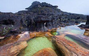 Com mais de dois bilhões de anos, as formações rochosas são surpreendentes.