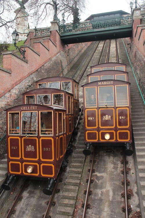 Unterwegs mit der Standseilbahn in Budapest: von der Kettenbrücke hoch zur Budaer Burg.