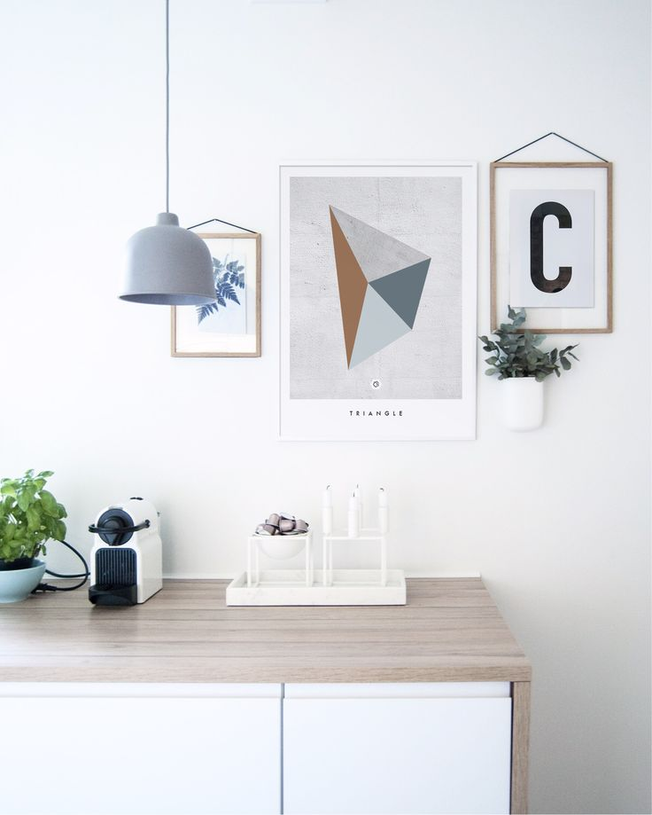 Geometric Triangle i kombinasjon med Big & Bold C. #kitcheninspo #bylassen #kubus4 #kubusbowl #muuto #grainpendant #marbletray #nespresso #gemetricposter #concreteposter #enkontrast #normanncopenhagen #pocketorganizer
