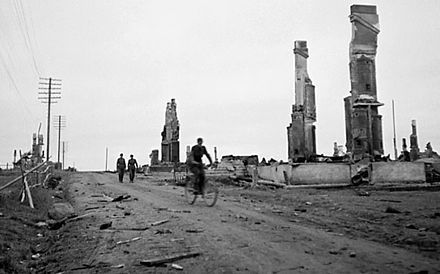 Suomalaiset joukot saapuvat saksalaisten polttamaan Sodankylän kirkonkylään Lapin sodan aikaan vuonna 1945.