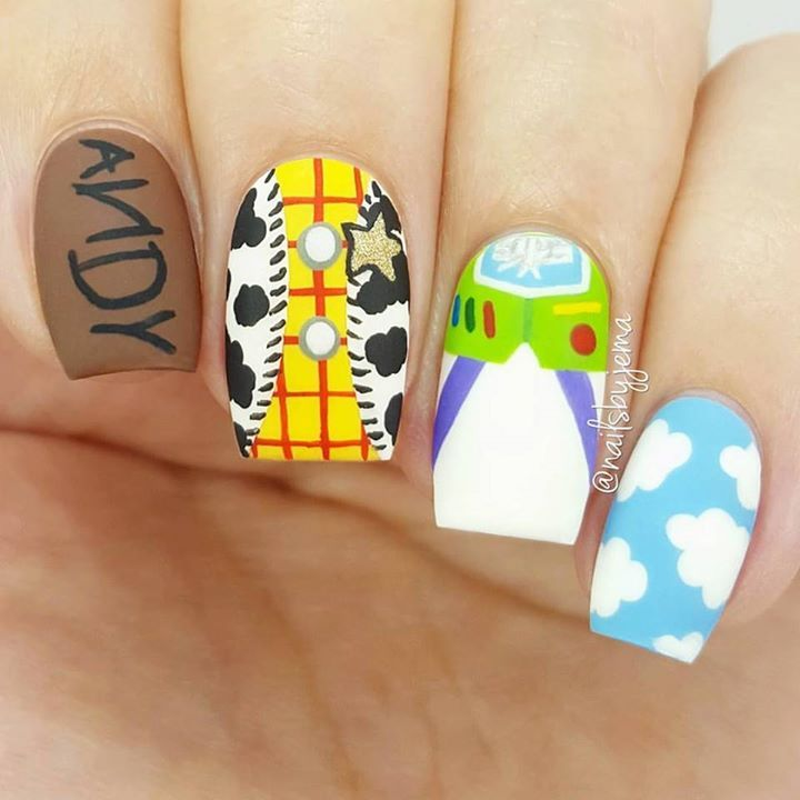When the #clairestelle8feb Day 21 theme is Toys, I knew I had to recreate Bana's Toy Story mani from years ago that I have had stashed in my inspo folder since she posted it! I am a huuuge Disney fan so there was no other choice. ❤ Not sure that I will post the whole tutorial for these since my camera tripod seriously ruined my life today and kept getting in the way of the end of my brushes but I'll post a little bit of it for you giys ❤ Also, what emoji do you think fits Toy Story best? ?…