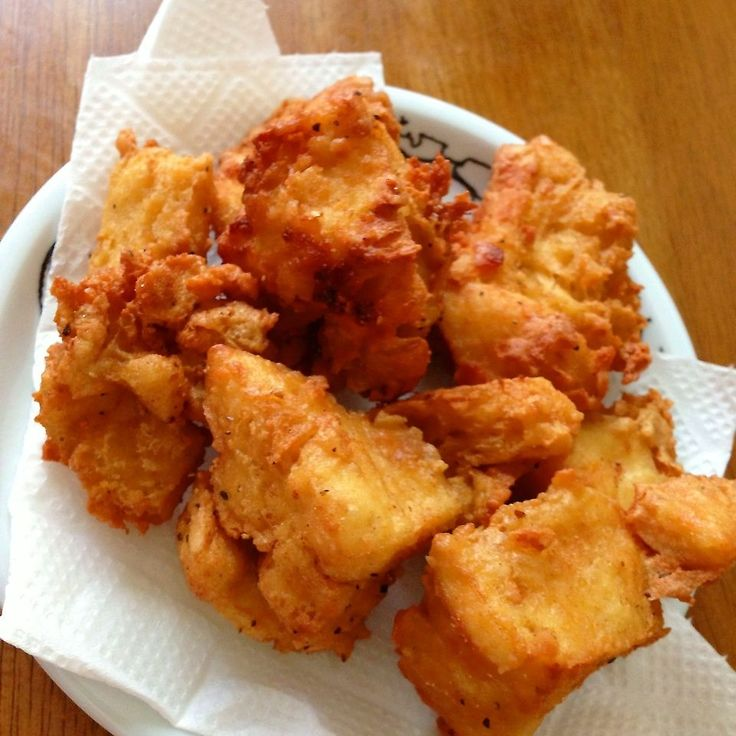 ヘルシーで、豆腐とは思えない!  2人分 ♥冷凍豆腐(木綿) 1丁 ♥鶏ガラスープの素 ♥塩、こしょう ♥にんにく、しょうが  チューブOK!  凍らせた豆腐は、自然解凍し手でちぎる。 水分はしっかり絞る。 調味料を加え混ぜる、時間をおく。 小麦粉まぶして中火で揚げ焼きにし、キツネ色になれば完成〜♬  見た目も、まるで鳥の唐揚げ! 是非、試してみて〜♪( ´▽`)