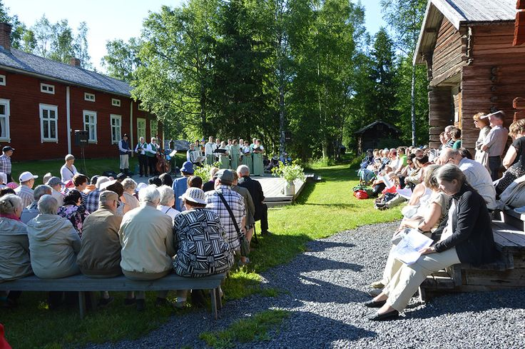 Yhteislauluhetki on yksi juhannusiltamien odotetuimmista hetkistä. Laulut ovat kaikille tuttuja suomalaisia kestosuosikkeja.