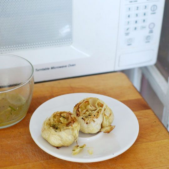 """How To """"Roast"""" Garlic In the Microwave Cooking Lessons from The Kitchn: Microwave Roasted, Microwave Cooking, Knoflook Roosteren, Roasted Garlic, How To, Ovens, Microwave Recipes, De Magnetron, Cooking Lessons"""