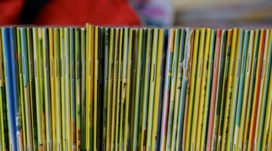 """Ylen artikkeli """"Lue lapselle"""" sekä Perheen aika keskusteluohjelman ääninsuhoitus Perheen aika -ohjelmassa puhuttiin lukemisesta ja lastenkirjoista. Tiina Lundbergin vieraina olivat lastenkirjallisuusasiantuntija, toimittaja Arja Kanerva ja Tammen Oppimateriaalien vt. johtaja Sanna Lukander."""
