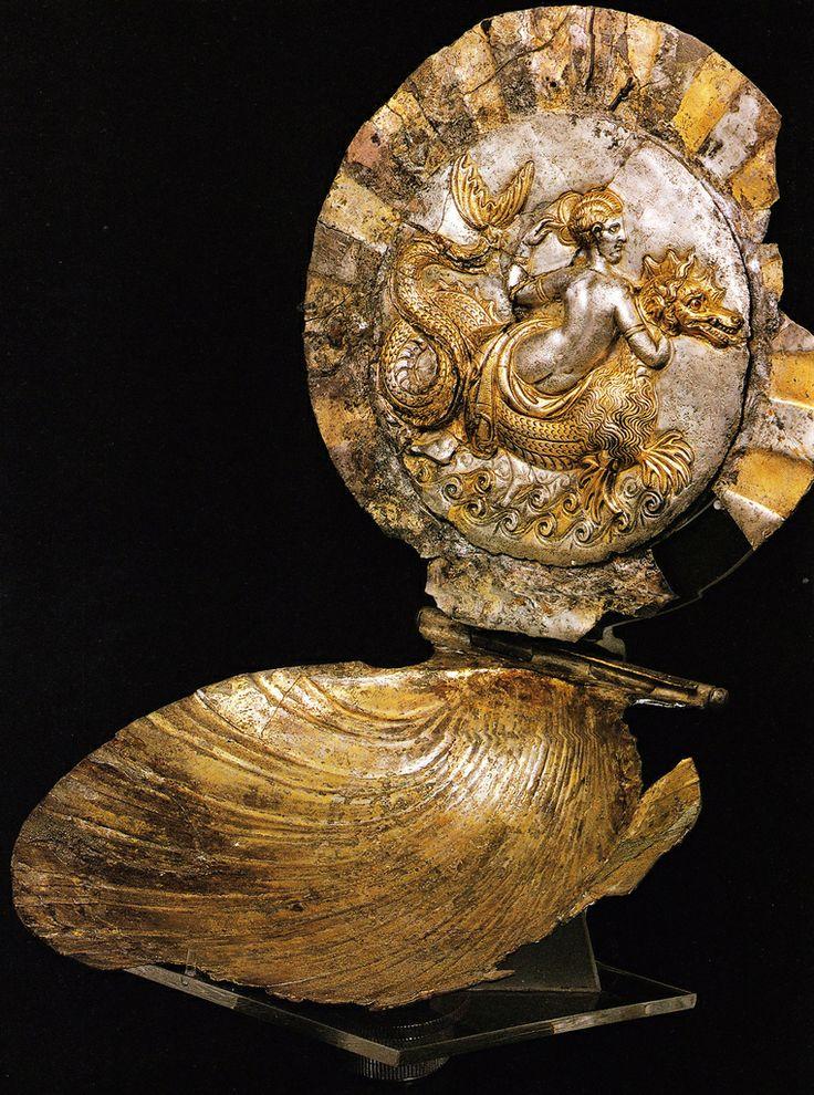 Scrigno a forma di conchiglia, III a.C. Museo Archeologico Nazionale, Taranto. Provenienza Canosa di Puglia. Cultura greca e magno-greca