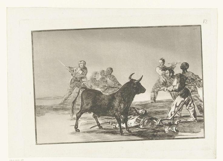 Francisco José de Goya y Lucientes | De ongeordende menigte verlamt de stier met lansen, sikkels, banderillas en andere wapens, Francisco José de Goya y Lucientes, 1811 - 1816 | Een groep mannen valt een stier aan met lansen, een sikkel aan een stok en een baderilla. Op de grond liggen twee gewonde mannen.