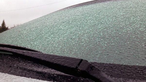 Egy perc alatt megtisztítja az autó szélvédőjét a jégtől – Zseniális módszer!
