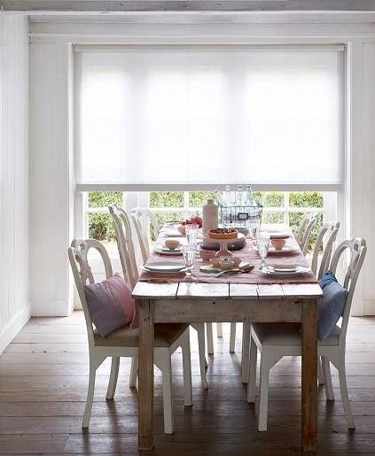Rolgordijnen zijn niet voor niets al jaren één van onze meest geliefde soorten raamdecoratie! Geschikt voor kleine ramen of zeer grote ramen, oude boerderijen of juist nieuwbouwwoningen en gezellige woonkamers of rustgevende slaapkamers.